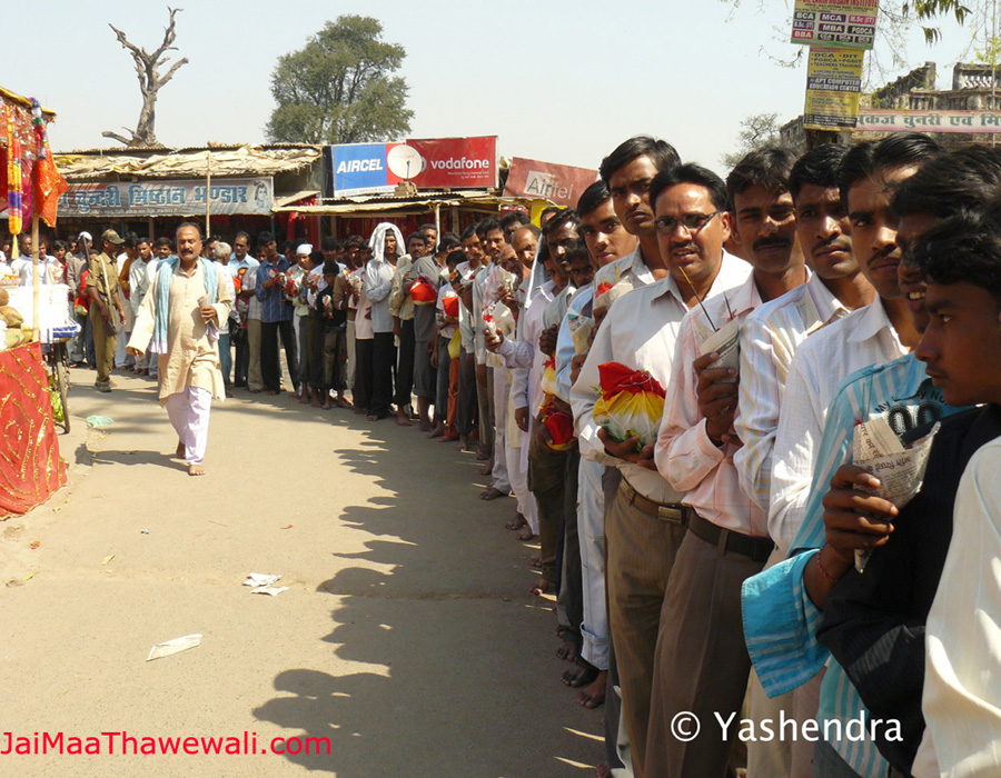 devotee in queue in front of thawe temple